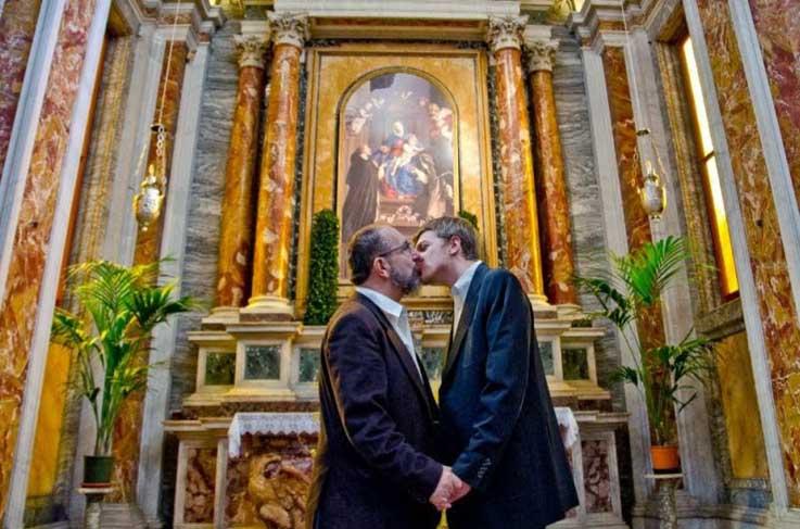 Gonzalo-Orquin-Baci-Gay-Kisses-Vatican-Church